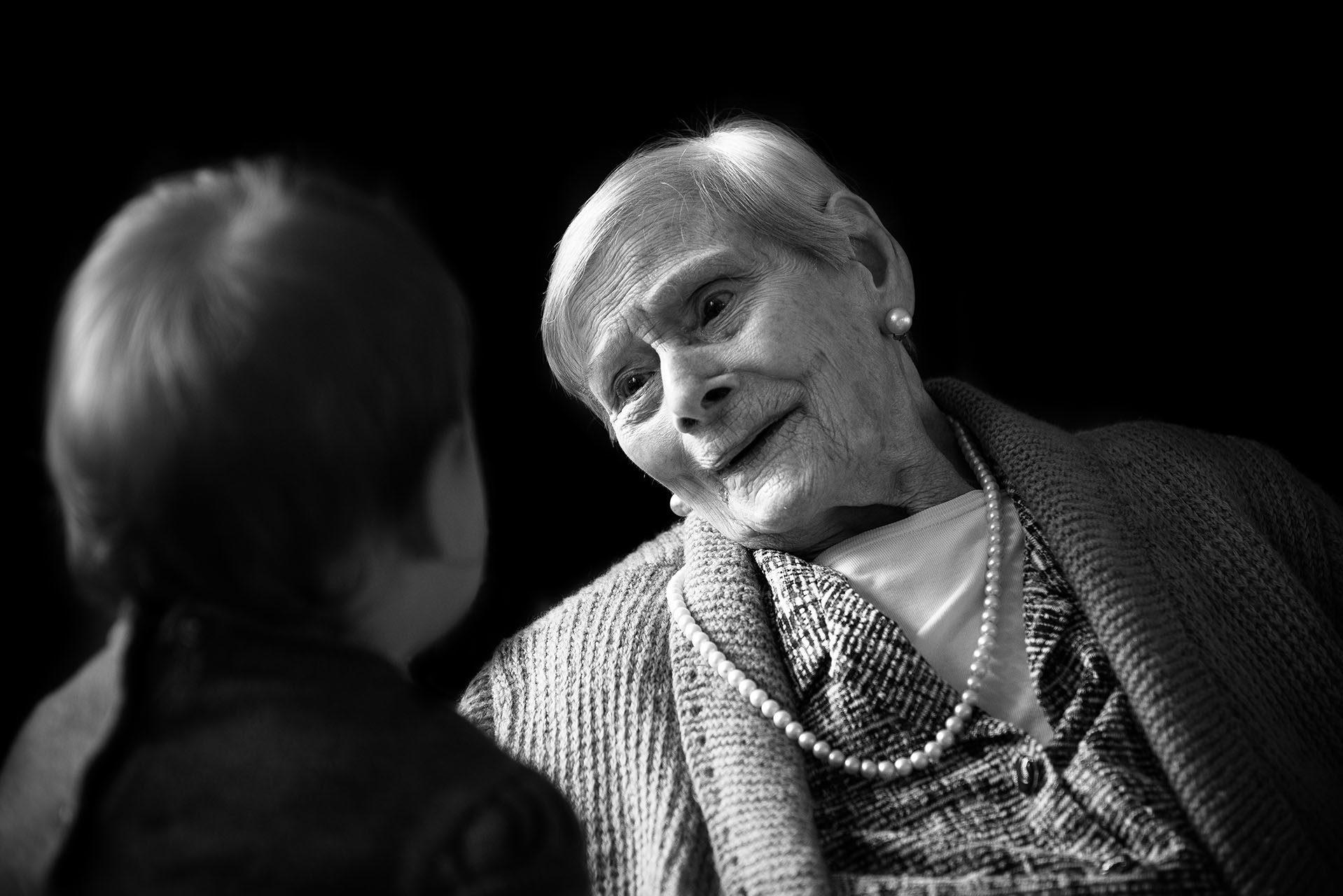 photographe-portraits-projet-des-centenaires-et-des-roses-residence-jean-23-ile-de-france-maya-angelsen