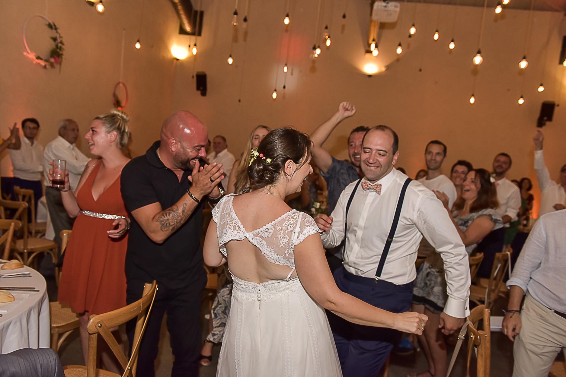 photographe-mariage-soiree-ferme-armenon-entree-maries