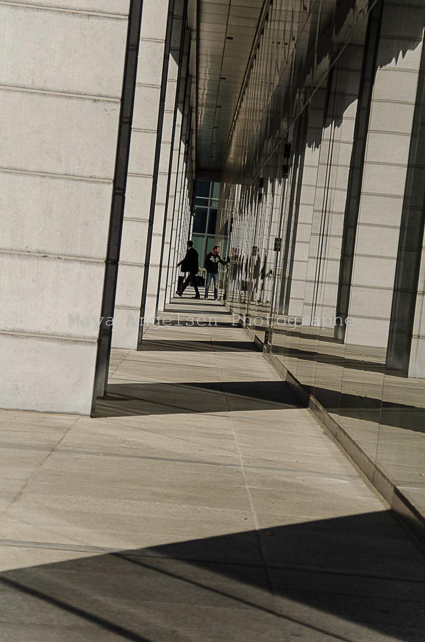 Photographe-streetphoto-maya-angelsen-lignes-et-silhouette-bruxelles